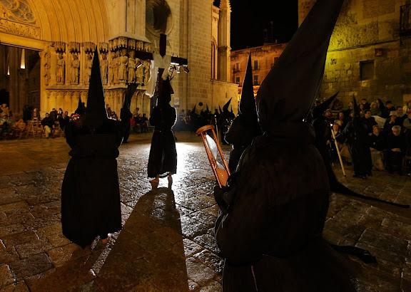 Penitents amb improperis al pla de la Seu, congregació de la Puríssima Sang, processó del Sant Enterrament, Setmana Santa,Tarragona, Tarragonès, Tarragona