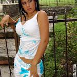 Andrea Rincon – Selena Spice Vestido Blanco Con Flores Azules Foto 3