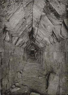длинный каменный коридор к согласующему устройству подземного приемника в мезеке