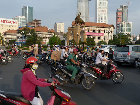 154. trafic Saigon.JPG