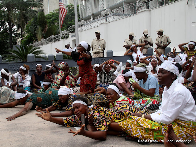 Des femmes de l'opposition congolaise le 19/12/2011  devant l'ambassade des USA à Kinshasa, à la veuille de la prestation de serment de Joseph Kabila. Radio Okapi/ Ph. John Bompengo