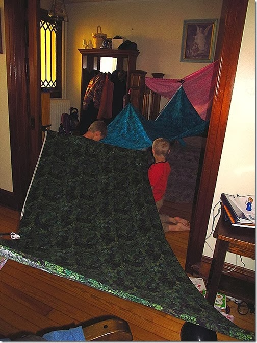 Make your kids a fort kit for Christmas!  Tutorial at Homeschooling Heart & Minds