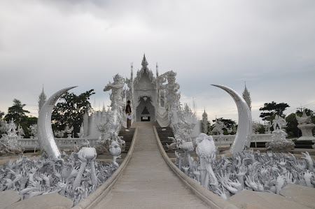 9. Intrarea in White Temple din Chiang Rai.jpg