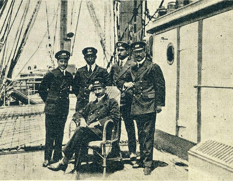 El Capitán D. Antonio Camins i Ros y su tripulación. Del Boletín Náutico. Septiembre de 1.916.jpg