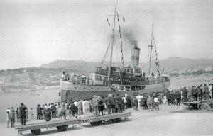 La motonave (antes vapor) J.J. SISTER en el puerto de Sant Feliu de Guixols.Viatges Blaus. Del Libro EL PORT DE SANT FELIU DE GUIXOLS. RECORREGUT HISTORIC AMB MOTIU DEL SEU CENTENARI