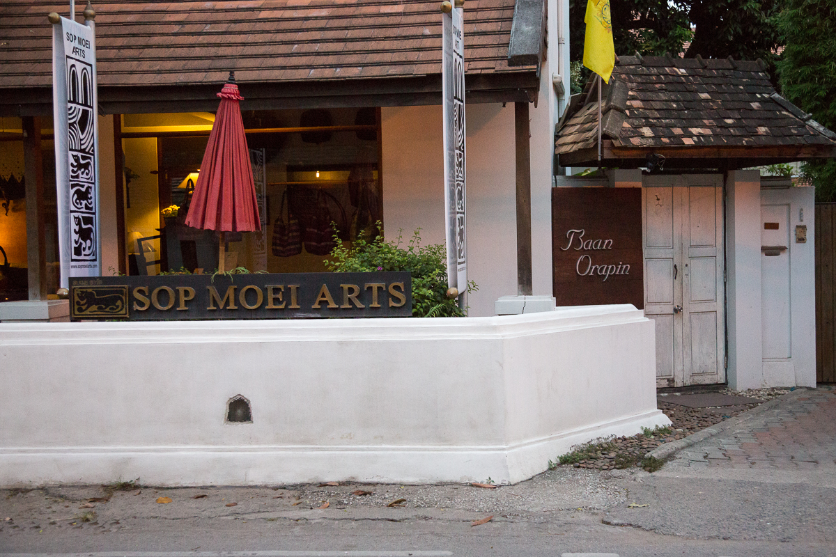 Sop Moei Arts shop adjacent to entrance to Baan Orapin guesthouse
