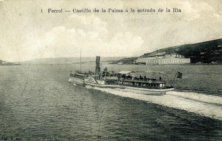 El vapor COMERCIO navegando por la ria ferrolana. Postal.JPG