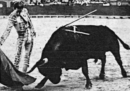 1944-07-25 (p. Ruedo) Valencia Manolete derechazo - copia