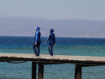 Plaja la Marea Rosie - Aqaba: Costum de baie islamic