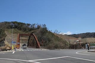 神護大橋と天端への入口