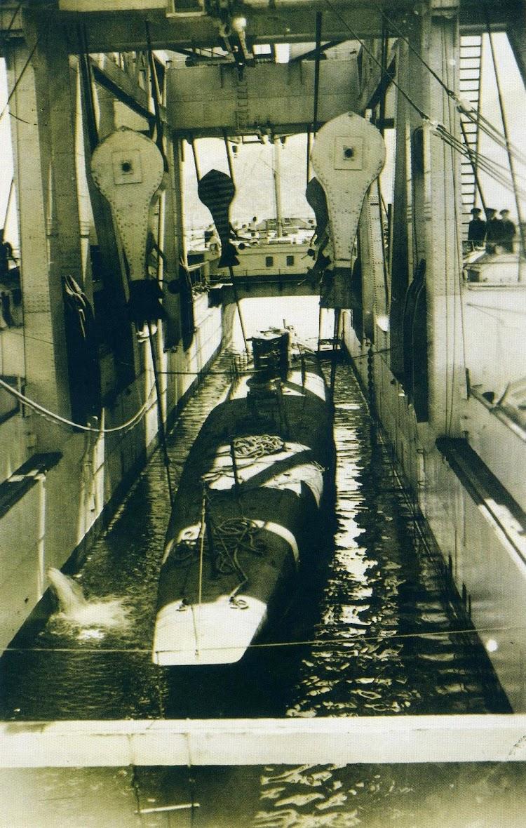 Un submarino de la clase A elevado por las potentes cabrias del KANGURO. Del libro HOMBRES Y BARCOS. LA FOTOGRAFIA DE LA MARINA ESPAÑOLA EN EL MUSEO NAVAL. (1850-1935).JPG