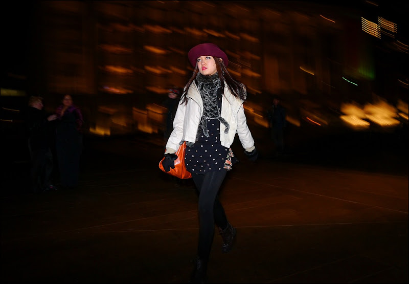 24 w white short jacket faux fur scarf blue and white polka dot top black leggings orange bag burgundy wide brim hat ol