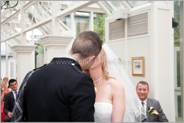the first kiss at the dundee wedding