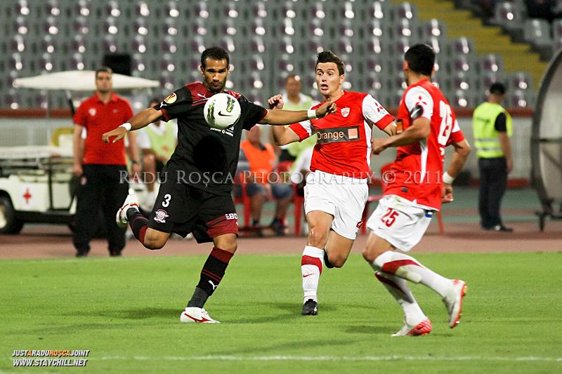 Tavares Ezequias de la Rapid si Laurentiu Rus de la Dinamo se lupta pentru balon in timpul meciului dintre Dinamo Bucuresti si Rapid bucuresti, din cadrul etapei a VII-a a ligii 1 de fotbal, duminica, 18 septembrie pe stadionul Dinamo din Bucuresti.