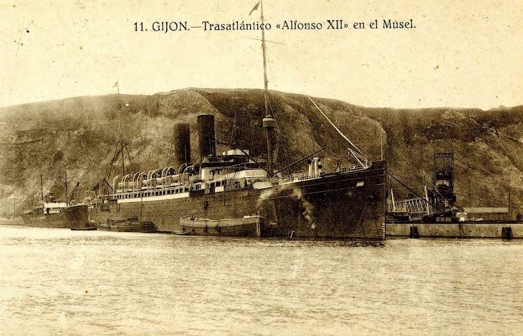 Postal. Estupenda foto del ALFONSO XII en el puerto del Musel.JPG