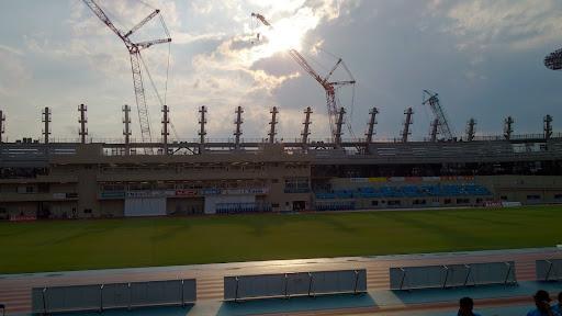 [写真]新しいメインスタンドが着々とできあがっていく等々力陸上競技場