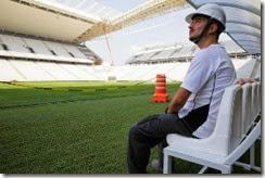Arnaldo olha a Arena Corinthians com orgulho