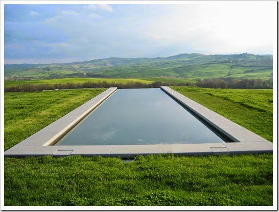 infinity-pool-in-the-hills-of-tuscany-italy