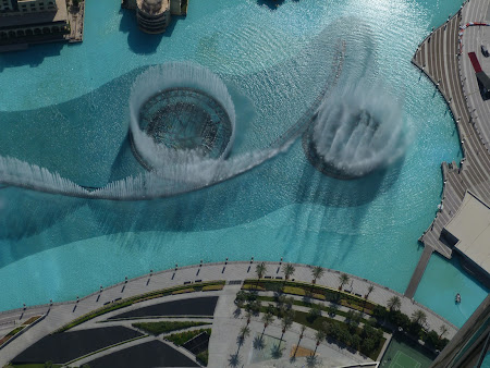Obiective turistice Dubai: spectacolul apei in fata la Burj Dubai