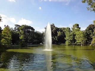 Jet d'eau dans le Parc del Retiro à Madrid