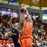 Andrei Mandache incearca sa inscrie doua puncte in meciul de calificare la Eurobasket Slovenia 2013, dintre Romania si Olanda disputat in Sala Transilvania din Sibiu, miercuri 15 august 2012.