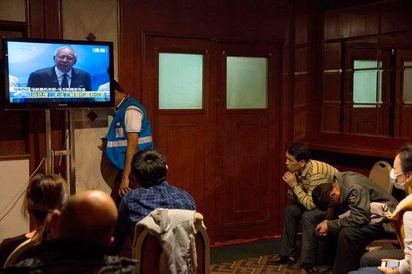 周六,失联的马航370航班上中国乘客的家属在北京的一家酒店观看马来西亚总理纳吉布·拉扎克的新闻发布会。