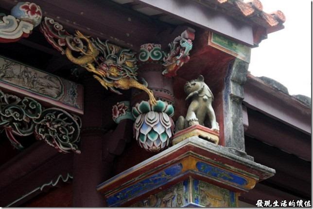 「大成門」的前後四條垂脊端部及兩側屋簷下則各有一隻似獅似虎的動物,據傳其名字叫「騶(ㄗㄡ)虞(ㄩˊ)」,是一種義獸,不食生物,有至信之德,所以以其來象徵「至信至德」。