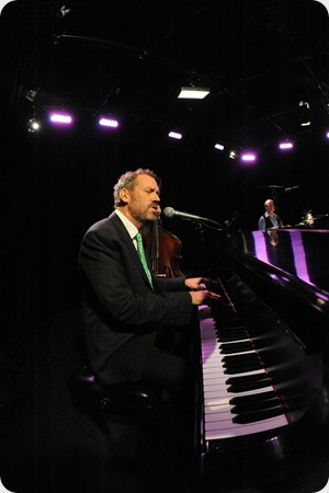Hugh-Laurie-performing-at-the-Y-Music-studios