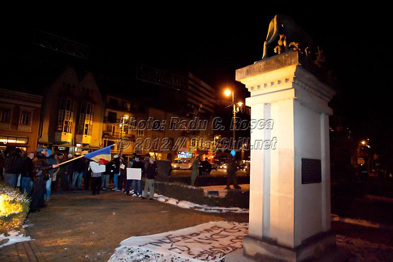 Aproximativ 300 de tirgumureseni protesteaza impotriva presedintelui Traian Basescu, a prim-ministrului Emil Boc si a guvernului României in centrul municipiului Tirgu Mures duminica 15 ianuarie 2012