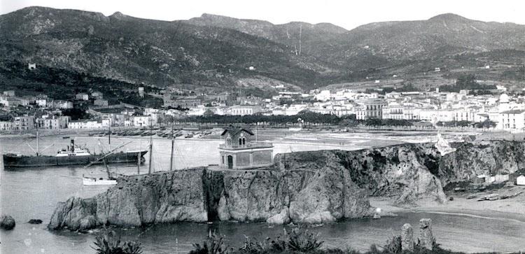 Uno de los gemelos fondeado en la bahia de Sant Feliu de Guixols. Del libro EL PORT DE SANT FELIU DE GUIXOLS. RECORREGUT HISTORIC AMB MOTIU DEL SEU CENTENARI.JPG