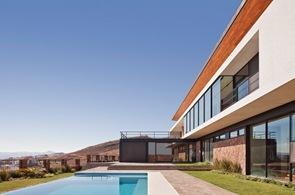 Casa-con-piscina-de-borde-infinito