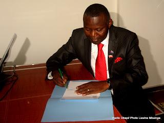 Vital Kamerhe dépose sa candidature pour la présidentielle 2011, le 7/09/2011 au bureau de réception et de traitement des candidatures à la présidentielle à  Kinshasa. Radio Okapi/ Photo Lievine Mbuinga