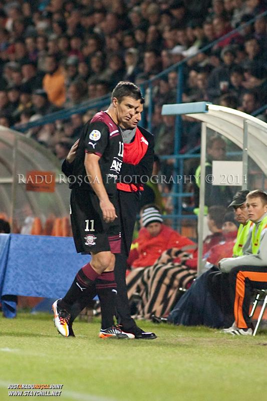 Daniel Pancu de la Rapid este inlocuit de Razvan Lucescu Jr in timpul meciului dintre FCM Tirgu Mures si FC Rapid Bucuresti din cadrul etapei a XIII-a a Ligii Profesioniste de Fotbal, disputat luni, 7 noiembrie 2011, pe stadionul Transil din Tirgu Mures.