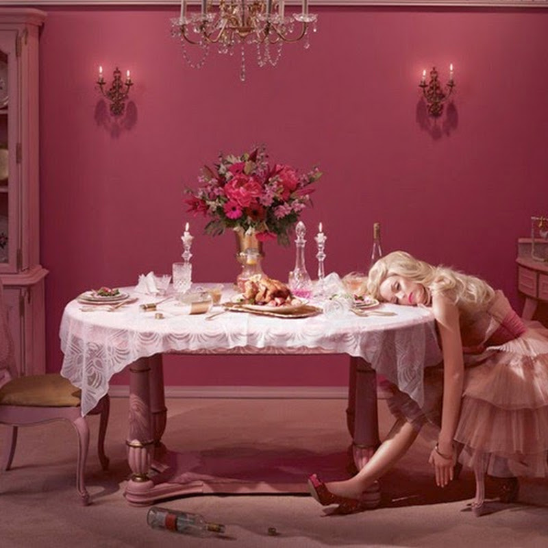 In The Dollhouse la fotografa Dina Goldstein racconta la vita ultra-patinata e triste di una Barbie infelice e sola.