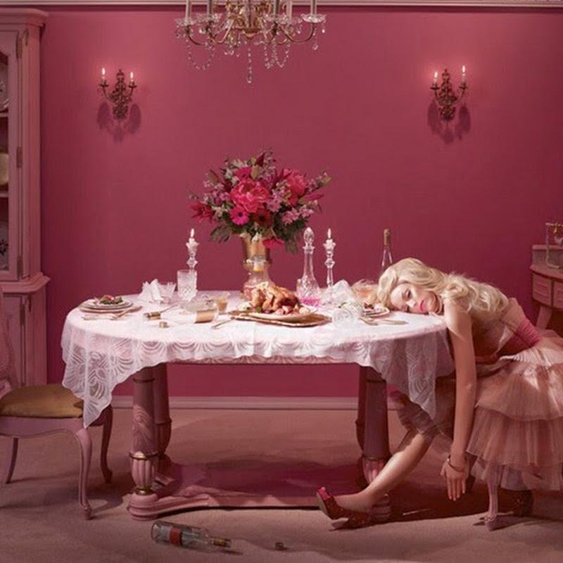 In The Dollhouse la fotografa Dina Goldstein racconta la vita ultra-patinata e triste di una Barbie infelice e sola.