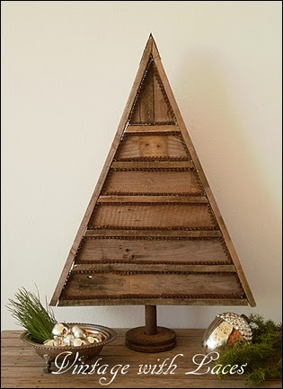 Pallet Wood Christmas Tree by Vintage with Laces