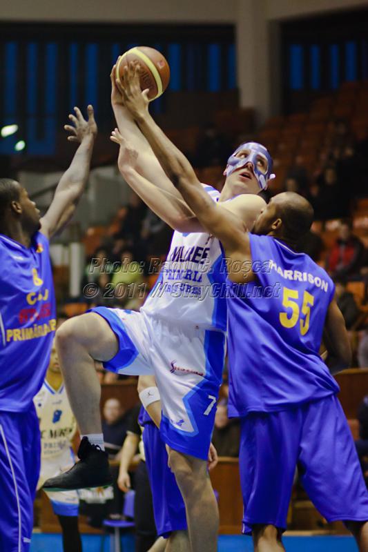 Aleksandar Mladenovic incearca un carlig peste Michael Harrison intr-un amical dintre BC Mures si CSU Sibiu disputat in Sala Sporturilor din Tirgu Mures in data de 11 ianuarie 2011