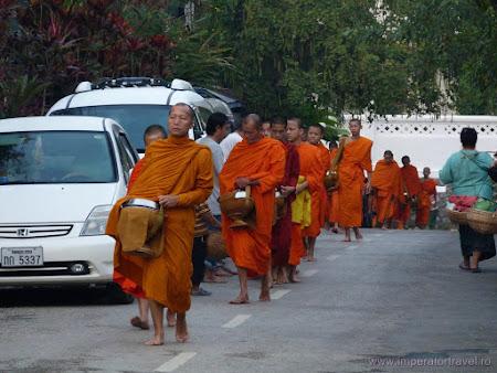 133. plimbare dimineata calugari Luang Prabang.JPG