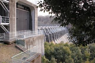 取水口制水門扉脇より堤体を望む