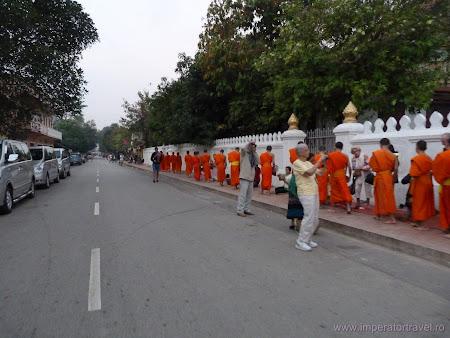 Traditii Laos: procesiune calugari budisti Luang Prabang