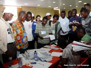 Comptage des bulletins de vote devant des observateurs électoraux le 2/12/2011 au centre de compilation à l'enceinte de la foire internationale de Kinshasa, provenant des élections de 2011 en RDC. Radio Okapi/ Ph. John Bompengo