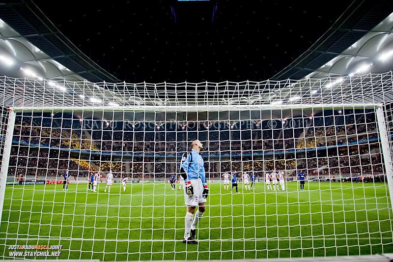 Branko Grahovac se pregateste sa apere o lovitura de la 11 metri in timpul meciului dintre FC Otelul Galati si Manchester United din cadrul UEFA Champions League disputat marti, 18 octombrie 2011 pe Arena Nationala din Bucuresti.