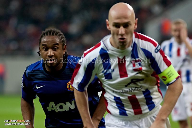 Anderson (stanga) incearca se dueleaza pentru balon cu Gabriel Giurgiu (dreapta) in timpul meciului dintre FC Otelul Galati si Manchester United din cadrul UEFA Champions League disputat marti, 18 octombrie 2011 pe Arena Nationala din Bucuresti.