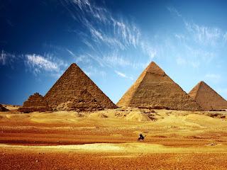 три главные египетские пирамиды на фоне синего неба - хеопса, хефрена и микерина