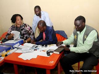 Des agents électoraux le 2/12/2011 au centre de compilation à l'enceinte de la foire internationale de Kinshasa, pour les élections de 2011 en RDC. Radio Okapi/ Ph. John Bompengo