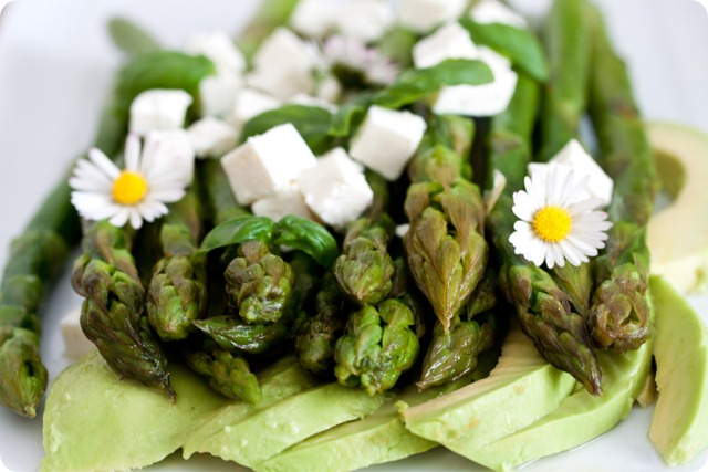 Asparagus with avocado and feta cheese