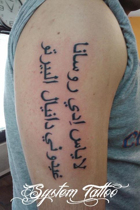 nombres tatuados en el brazo