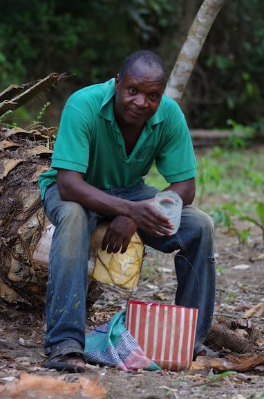 Jean-Claude, responsable des sentiers botaniques et guide à Ebogo (Cameroun). 9 avril 2012. Photo : J.-M. Gayman