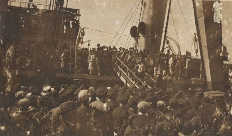 Embarque de tropas a bordo del ALMIRANTE LOBO. De la pagina web San Fernando. La Isla del sur. Nuestro agradecimiento.jpg