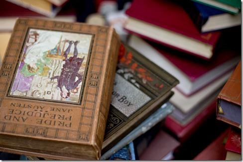 乱雑に置かれた本